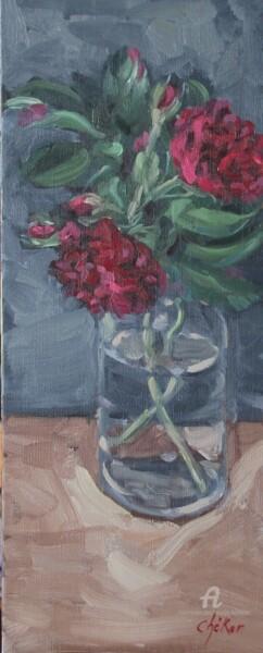 Roses pourpres et boutons dans un flacon à whisky